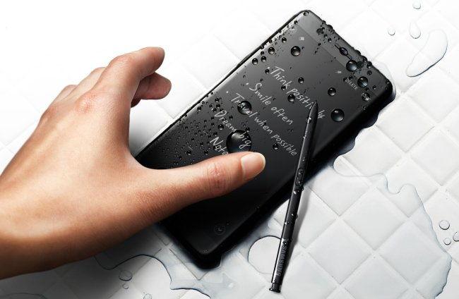 iPhone mintára jöhet a fényes fekete Samsung